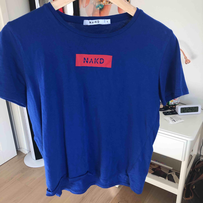 Fin blå röd NA-KD logo tröja. Använd endast en gång, säljer pga att jag inte använder den. Skjortor.
