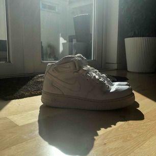 Sjukt snygga Nike force 1 skor i helt nyskick då de är använda max 5-6 gånger. Nypris: 1000kr Mitt pris: 600kr Priset kan diskuteras