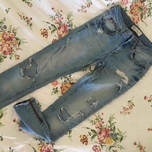 Slitna Kristen jeans från GINA TRICOT i strl W28/L30 i fint skick. Säljer då de inte kommer till användning, frakt tillkommer.