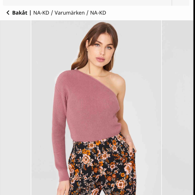 fin stickad one schoulder tröja som är köpt på NAKD för ett år sedan ungefär. Jätte fint skick 😄 . Tröjor & Koftor.