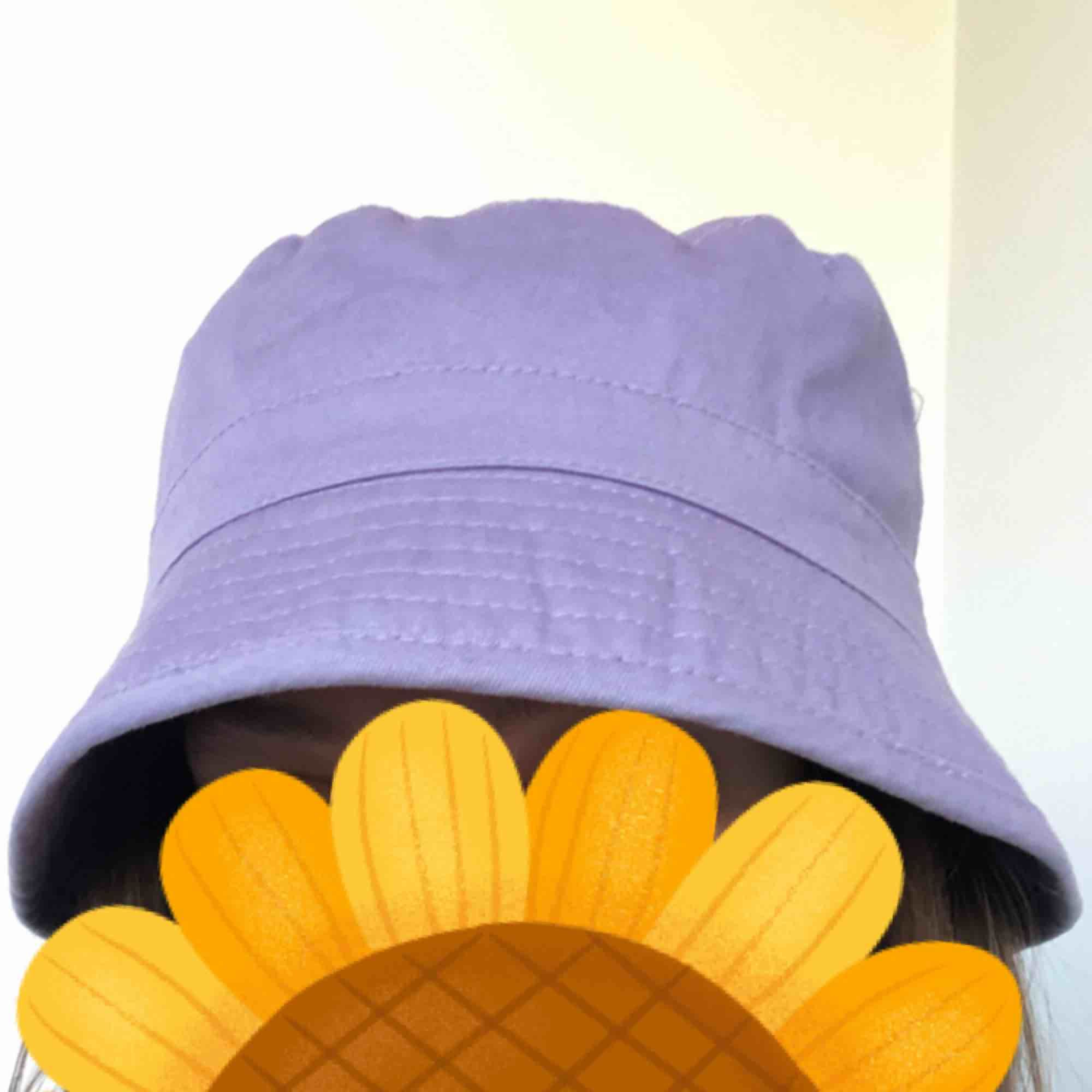 Supersöt pastellila buckethat i fint skick! Passar s/m. 18kr frakt, eller mötas i Stockholm  . Övrigt.