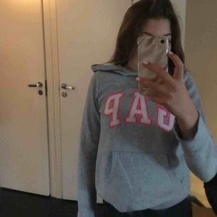 En hoodie från gap, storlek 14-16 år men mindre i storlek, använd fåtal gånger