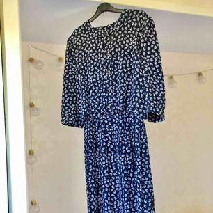As cool klänning köpt secondhand 👌🏻 Går till knäna på mig som är 1,74cm, fina knappt och plisserad kjol.   Perfekt maskerad klänning också 🙌🏻