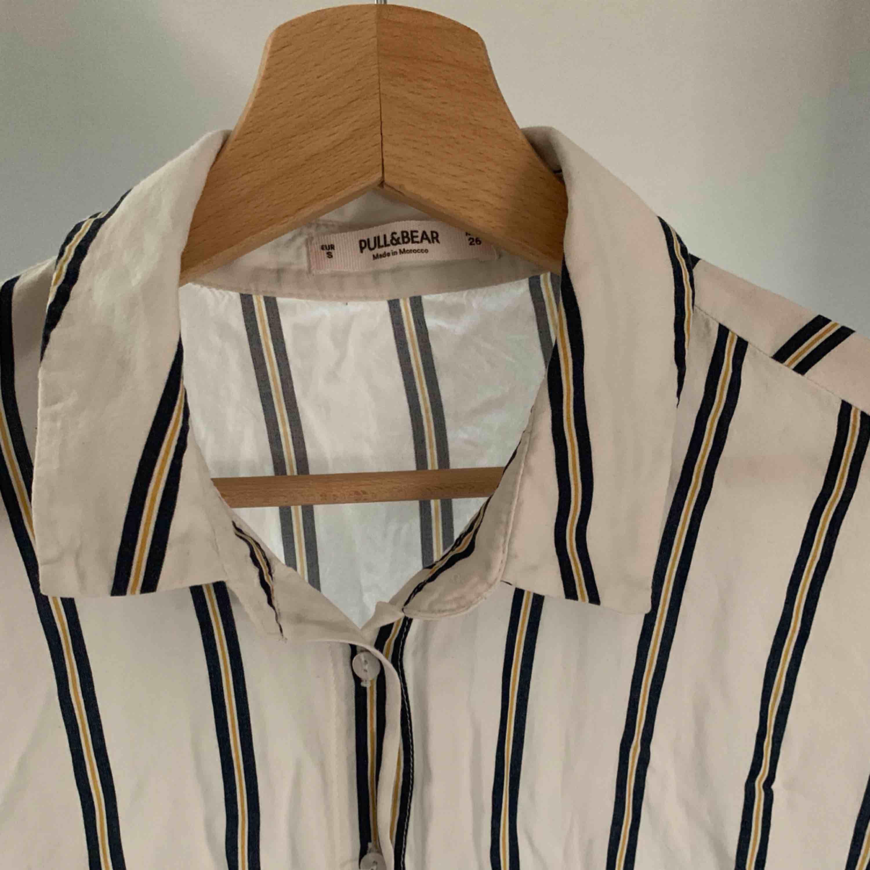 blus/skjorta från pull&bear!! fint skick 😄. Toppar.
