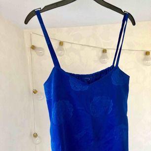 Superfint linne köpt secondhand 👌🏻 I härlig blåfärg med rosor på. 50kr plus 63kr frakt ✨   Kika in mina andra grejer som ja säljer, samfraktar gärna!