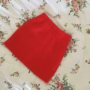 Absoluta favoritkjolen har blivit för liten. Sitter riktigt sexigt och snyggt, från H&M i strl 32 (ej stretch). Nyskick! Frakt tillkommer.