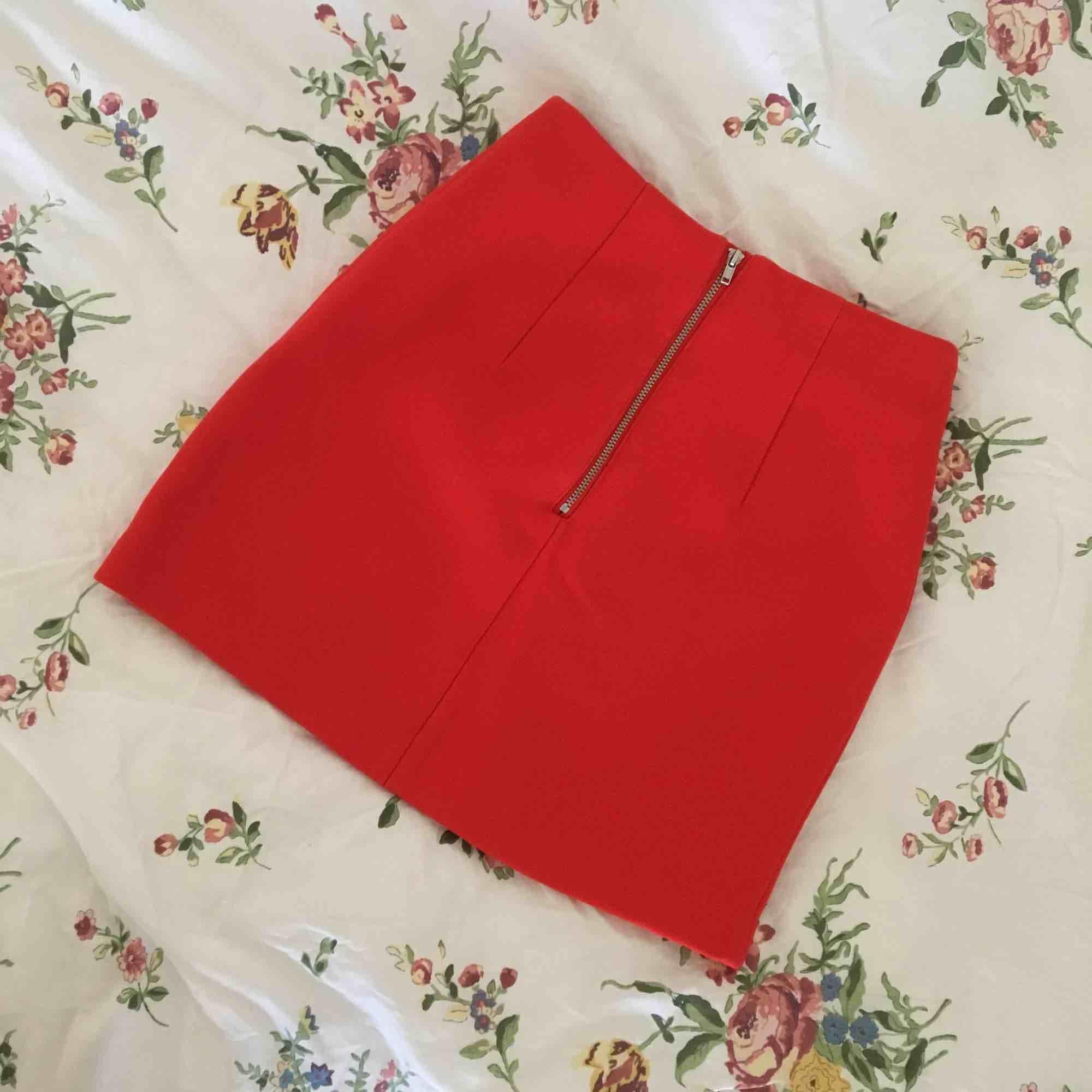 Absoluta favoritkjolen har blivit för liten. Sitter riktigt sexigt och snyggt, från H&M i strl 32 (ej stretch). Nyskick! Frakt tillkommer.. Kjolar.