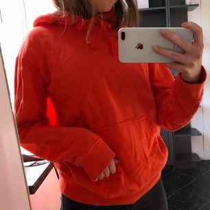 En orange nästan helt oanvänd hoodie i superskick!