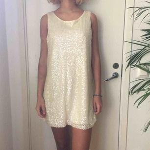 Vit glittrig klänning med 60-tals siluett köpt på h&m för flera år sedan.
