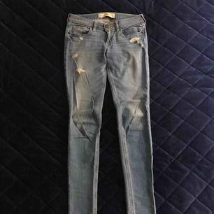 Hollister jeans i storlek W26L31 (3R). Knappt använda.