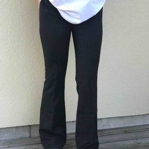 Skitsnygga tunt randiga kostym/ bootcut byxor. Aldrig använda pga för små. Frakt inkluderad!