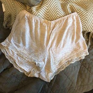 Säljer mina pyjamas shorts från Hunkemöller i strl S.  Sparsamt använda och i ett super skönt tyg.  Köparen står för frakten och betalning sker via swish.