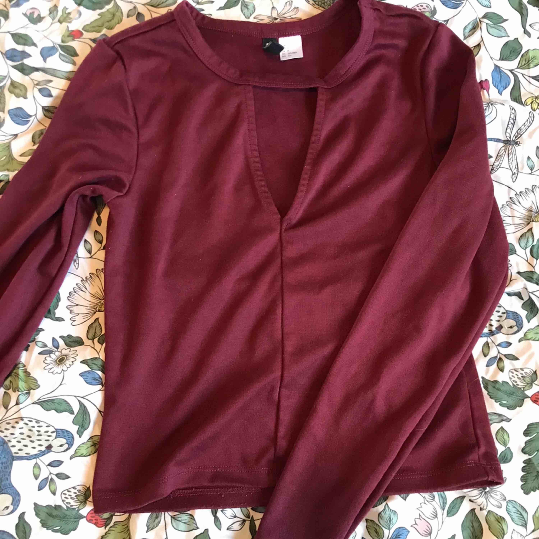 Lite croppad tröja från hm med en cutout på framsidan! Köpare står för frakt 🥰. Tröjor & Koftor.