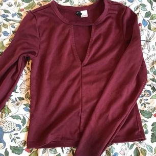 Lite croppad tröja från hm med en cutout på framsidan! Köpare står för frakt 🥰