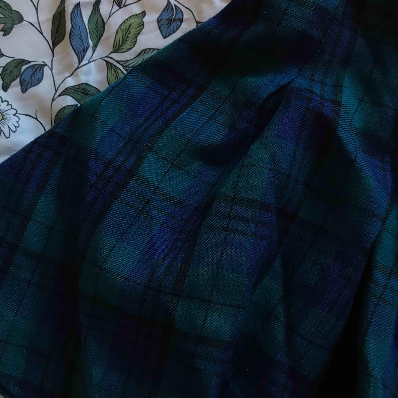 Assnygg rutig kjol!! E typ blå/teal och får ett jättefint fall! Köpare står för frakt, samfraktar gärna 🥰. Kjolar.