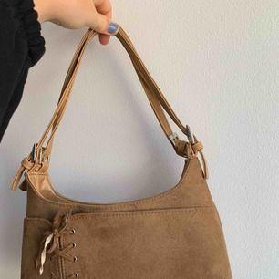 Fin väska köpt här på Plick, säljer för att den inte kommer till användning 💗 frakt 36 kr eller mötas upp