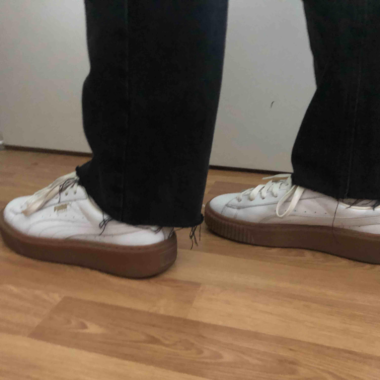 Säljer mina vita puma skor då dom inte kommer till användning längre. Skulle säga att dom är en 36,5. . Skor.