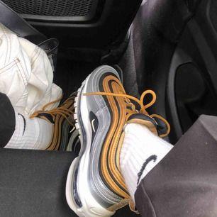 Nike air max 97, i svart, silver och guld. OB strl 40 men små i storleken, skulle passa en med strl 38. Skitsnygga men kommer inte till användning, dvs de är knappt använda. Köparen står för frakt