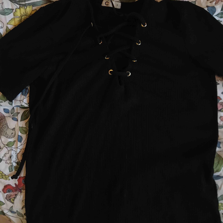 """T-shirt med snörning från Cubus! En av """"ringarna"""" har lossnat men jag tror inte det syns!. T-shirts."""