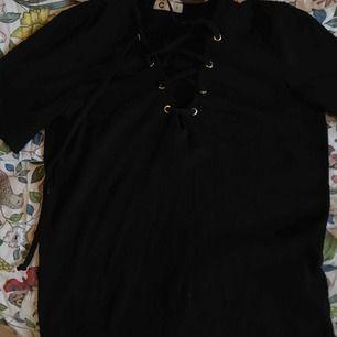 """T-shirt med snörning från Cubus! En av """"ringarna"""" har lossnat men jag tror inte det syns!"""