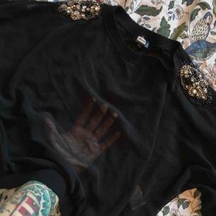 Ascool tröja i mesh med stenar på axlarna! Är i xs men är oversize och formad typ som en sweatshirt så skulle nog passa upp till M! En Sten har ramlat av på ena axeln (se bild) men det är inget man lägger märke till! Använd någon enstaka gång