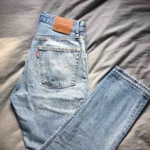Levis jeans modell 501 light blue med knappgylf. Köpta på Jackie i Mall Of Scandinavia 2018 i november för 1049kr.  De är så gott som nya, använda ca 5 gånger.  W 25 L 30