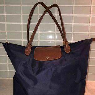 Longchamp väska, modell Le Pliage Tote bag L I fint skick och köpt i Paris Säljer för att den inte längre kommer till användning