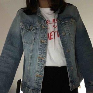 Snygg basic Jeansjacka Stl 36. Är i fint skick. Köpt på Gina tricot för 399kr. Säljes pga för stor i storlek. Frakten kostar ca 60kr och ingår inte i priset.