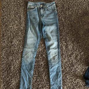 Ljusblåa högmidjade jeans från bikbok, storlek M! Använd ett fåtal gånger.