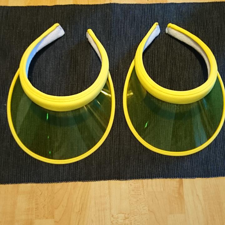 Gula solkepsskärmar 1 keps för 15 kr/styck eller båda för 20 kr. Accessoarer.