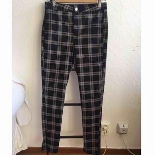 Svarta jeansaktiga byxor med rutmönster från Divided. Avklippta nertill. Står storlek 40 men dom är mer en 38! Möts upp i Stockholm :)