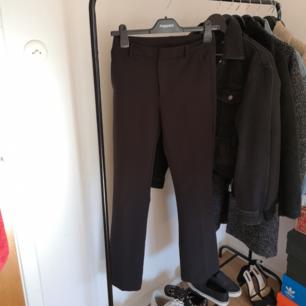 Svarta kostymbyxor från bikbok som tyvär blivit försmå för mig. Bena är lite vidare längst ner och de är i mycket bra skick<3 bjuder på frakten Jag är 170cm lång