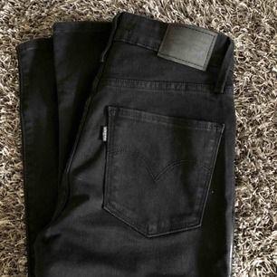 Svarta Levis jeans, ALDRIG använda, prislapp kvar. W27 L32. High Rise skinny. Säljer då jag köpte fel storlek. Köpta för 1099kr