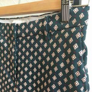 Mjuka kostymbyxor med fint mönster från hm! Mörkblå botten. Tror jag förkortat dom en aning. Möts upp i Stockholm!
