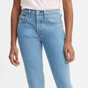 Levis 501 skinny jeans W28L30 Måste tyvärr sälja dom eftersom jag råkade köpa fel storlek..supersnygga för övrigt :) använda ett fåtal gånger.