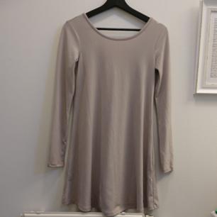 Långärmad tunika med djup rygg + snörning. 95% Polyester och 5% spandex/elastane. Maskintvätt 30°.