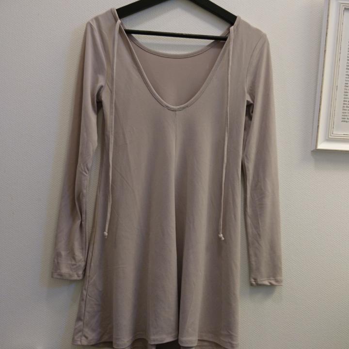 Långärmad tunika med djup rygg + snörning. 95% Polyester och 5% spandex/elastane. Maskintvätt 30°. . Toppar.