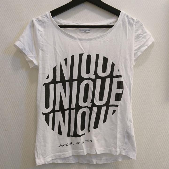 Vit T-shirt med tryck. Köpt på Nelly. 100% Bomull. Maskintvätt 40°.. T-shirts.