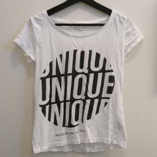 Vit T-shirt med tryck. Köpt på Nelly. 100% Bomull. Maskintvätt 40°.
