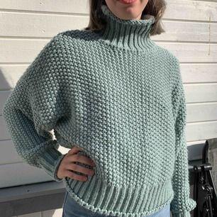Supermysig och mjuk stickad tröja från H&M med krage och ballongärm. Härlig ljus-turkos färg. Storlek S men passar till både mindre och större.