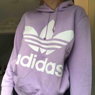 Adidas hoodie i storlek medium. Frakten ingår i priset! Använd en gång.