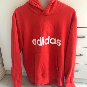 Röd adidas hoodie i storlek medium. Fint skick