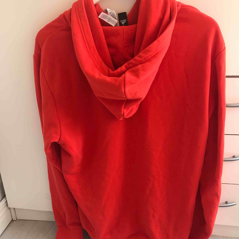 Röd adidas hoodie i storlek medium. Fint skick . Huvtröjor & Träningströjor.