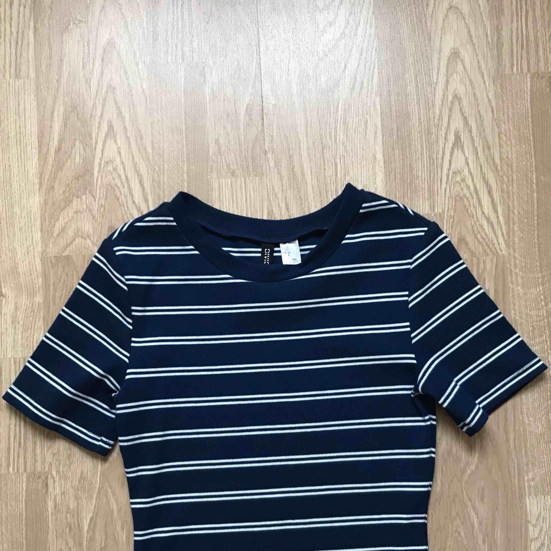 Figurnära klänning från H&Ms divided-avdelning. Använd fåtal gånger så är i nyskick. Köpare står för ev frakt. Klänningar.