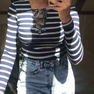 Snygg tröja med snörning och ränder i blå och grå