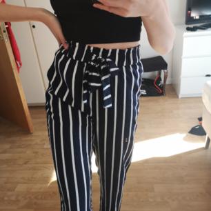 Marinblå och vit randiga vida Byxor från hm. Köpt förra sommaren och inte alls mycket använda. Otroligt köna och materialet eär tunt, bra längd, själv är jag 170cm.