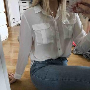 Vit skjorta i tunnare tyg från HM. Den är lite oversized så skulle gissa att den passar upp till ca 42 beroende på hur man vill att den ska sitta. Kan mötas upp i Sundsvall annars står köpare för frakt.