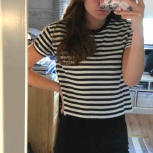 Svartvit-randig kort t-shirt från H&M!