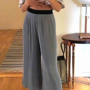 Ett par jättesköna blåa veckade utsvängda byxor från Zara Använda en gång så väldigt fint skick