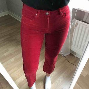 Manchesterbyxa i supersnygg röd färg. Endast använda vid ett tillfälle. Är storlek 40 men skulle säga att dom är mer en 38 (spegeln är smutsig, inte byxorna)  ev. Frakt tillkommer